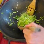 Salteamos el puerro con muy poco aceite y una pizca de sal marina