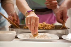 Curso Cocina Energetica Macrobiotica Sonia Oceransky haciendo albondigas de lentejas