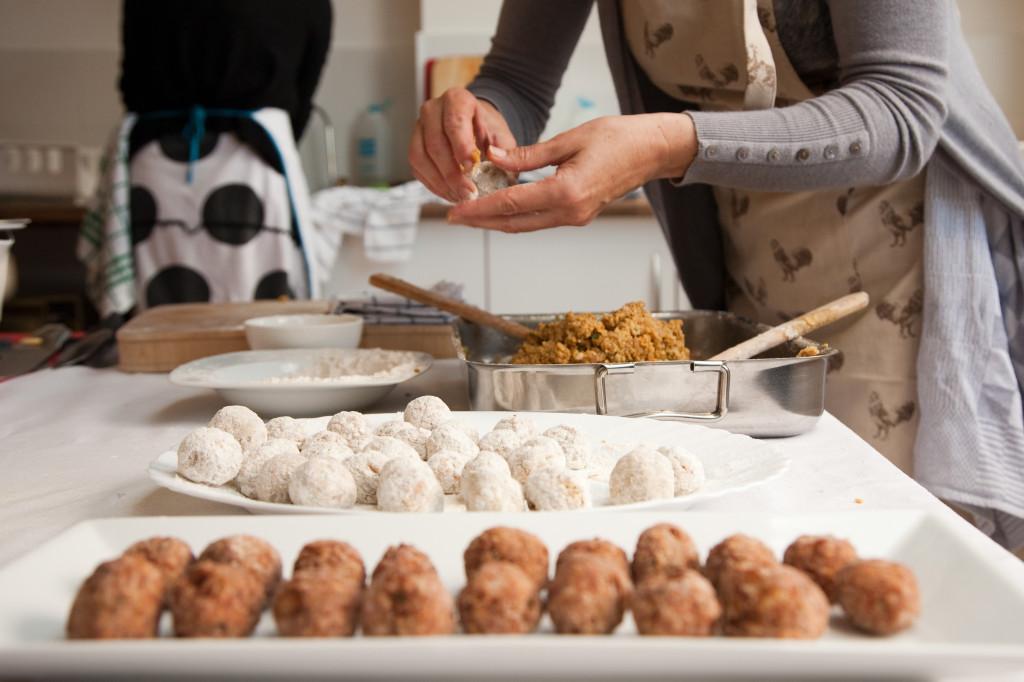 Curso Cocina Energetica Macrobiotica Sonia Oceransky haciendo albondigas de lentejas con algunas ya fritas